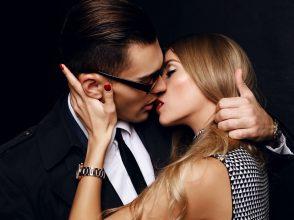 同僚、上司、取引先…誰と恋に落ちる?あなたの「オフィスラブ相手」心理テスト