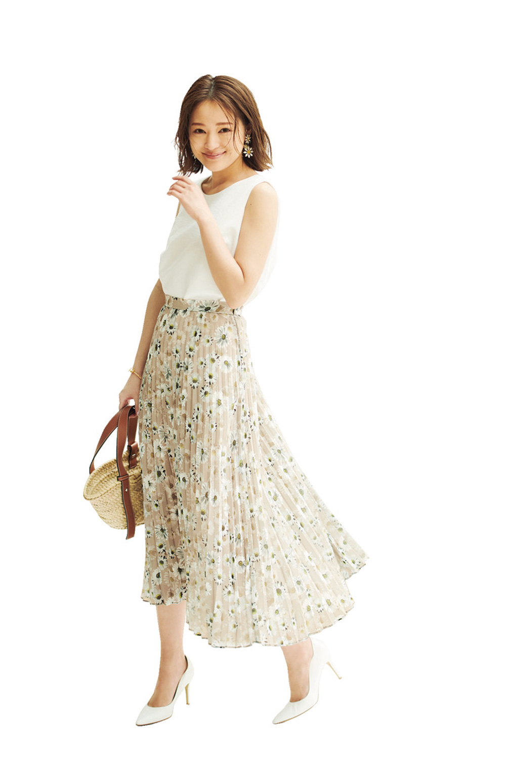 花柄スカートを白→ベージュのグラデコーデで肌なじみよく♡