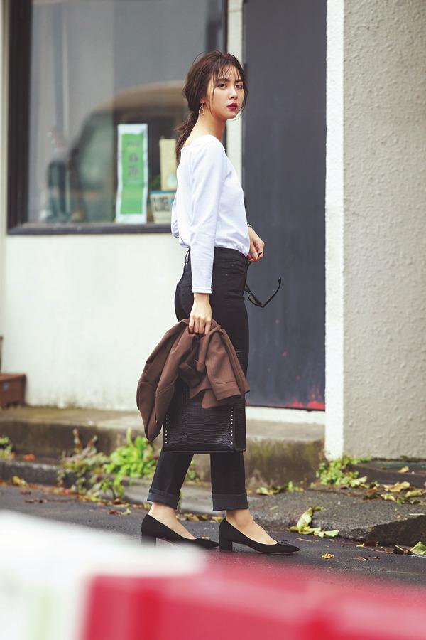 02 かっこよくって、ほんのり色っぽい。目で追われてます! モノトーンで着る「黒スリムパンツ」