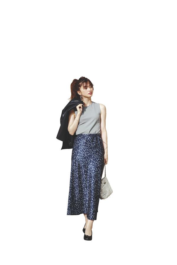 05 男女共に賛同!今っぽ彼女の「スリムフレアスカート」『ベーシックカラーの小花柄』