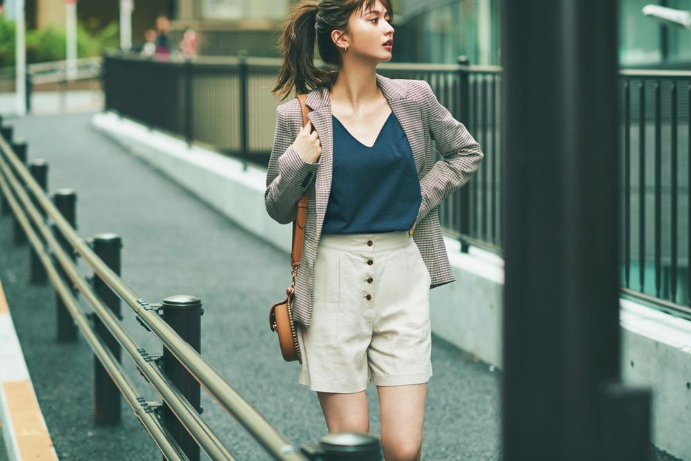 デコルテ魅せで品のあるジャケットコーデを女っぽく!