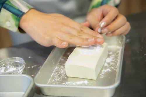 CanCam BOYS AND MEN ボイメン 小林豊 ゆーちゃむ ゆたクッキング レシピ 揚げだしきのこ豆腐 豆腐に片栗粉をつける