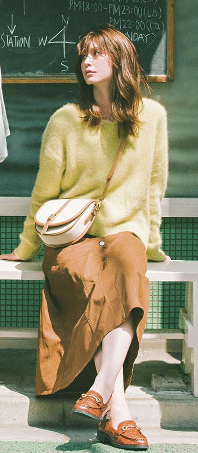 01 ブラウンは×キレイ色でまだまだ着る!『文句なしで2019年のNo.1トレンド、ブラウンコーデ。ワントーンで着るのに飽きてきたら、キレイ色をプラスして リニューアルすべし! ブラウンと相性よく着られてかつ、秋を華やかに彩るカラーを厳選してご紹介!』