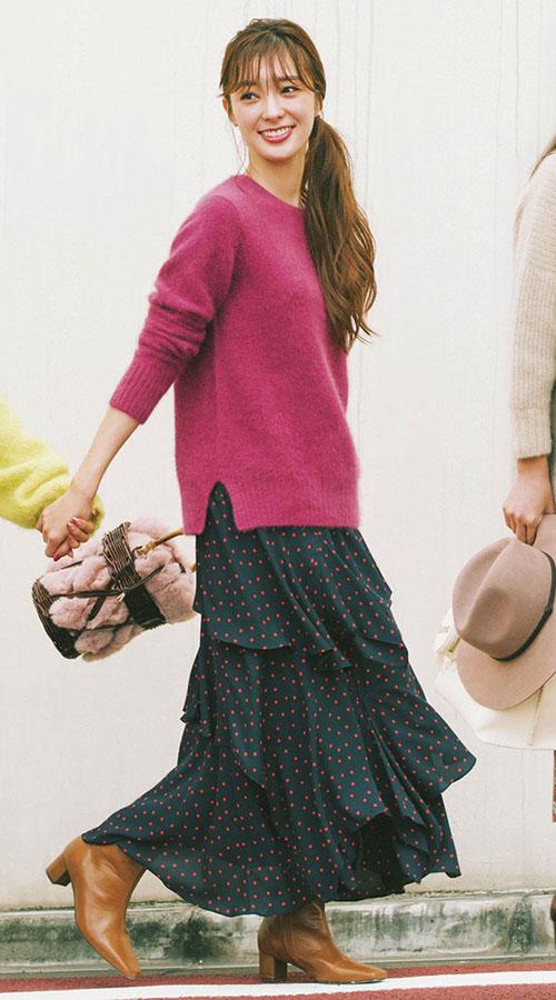 02 ゆるニット× 軽スカートは 冬の鉄板セット!『冬の大定番・ゆるニット、さて今年はどう着る? おすすめしたいのは、広がりすぎず、しなやかな 動きで女性らしい印象を与える軽やかスカートとのコンビ。 すらりと縦長シルエットでスタイルUPもおまかせあれ!』
