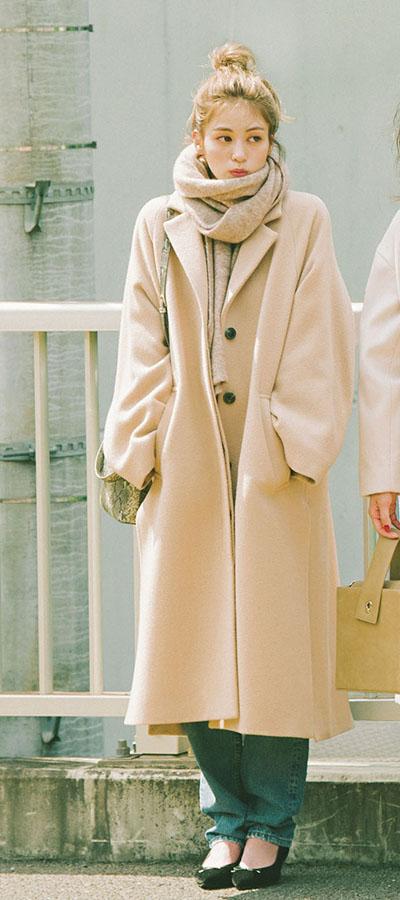 06 コート買うなら、チェスター! ラテ色orパステルで即、今年顔♡『ゆるっとオーバーサイズのコートが主流なのは昨年と変わらず。今年は、襟の存在感があるチェスタータイプで、ルーズな中にもほんのりきちんと感のあるものが引っ張りだこになりそう! 中でも、手持ち服の色味と相性よく合わせられる2つのカラーに注目です♥』
