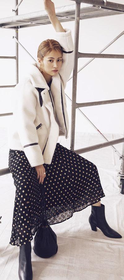MONOTONE1 今季No.1のトレンドアウター!もこもこ白ボアコート『ボリュームが程よいショート丈をセレクト!×黒ボトムのモノトーンでまとめれば、着太りせずスッキリ着られる!』