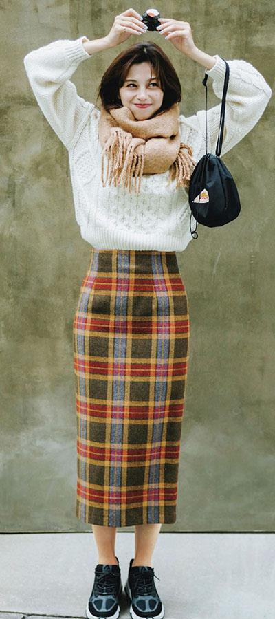 キャッチーさも、女性らしさも♡O'NEIL of DUBLINのチェックタイトスカートを着回し!『この冬注目の柄といえばブリティッシュなチェック! ブルーや赤が効いた華やかな1枚も、落ち着いたブラウンベースなら意外と着回せてなおかつ今っぽく仕上がる♡』