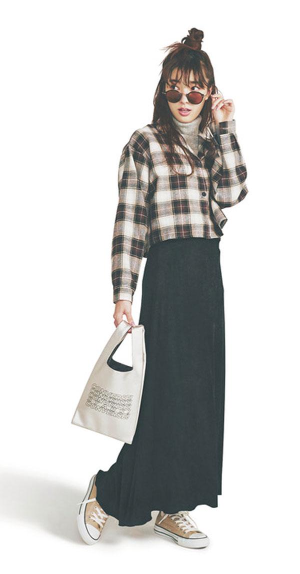 #06 レディな気分のこの秋、頼りになるのは、膝が隠れるちょっと長め丈のスカート♥ スカートは〝ちょい長め丈〟がおしゃれ!今どきの〝大人かわいい〟バランスを作ってくれるのは、膝が少し隠れるくらいの「ちょい長め丈」スカート。長すぎず短すぎない…この絶妙な丈感で、おしゃれ&スタイルアップを両立させて♪『Skirt 1 こっくりカラーで深みのある着こなしに♥ 秋色フレア今欲しいのは、ノスタルジックな秋の街にふさわしい深みのあるこっくりカラーと、上品なふんわりフレア。ふたつはよくばり? 大丈夫、〝かわいい〟に貪欲になれるのは女の子だけの特権だから♡』