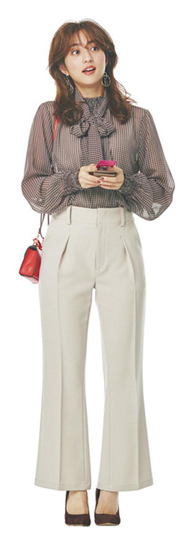 今日はパーティのホスト役!黒子だけどおしゃれしたい日 『上品に映えるシックなパンツスタイル華やかさに加え、動きやすさも必須なホスト役。とろみ素材&美シルエットのきれいめパンツが頼りになる♪上半身はレースなど着映えデザインで盛り上げて。バッグは手が空くミニショルダーを指名!』