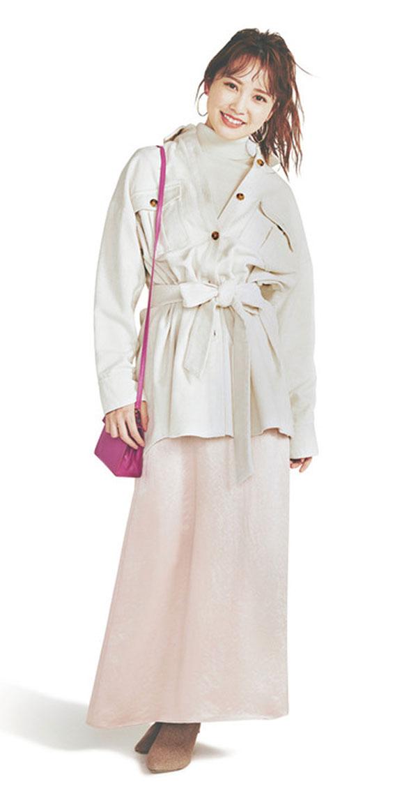 No/02白タートル『上品かつフェミニンな印象の白タートルは、上質なカシミア素材でクラス感もアップ。レイヤードで中に仕込むことで、顔周りがパッと華やぎ、女性らしいやわらかさを与えてくれます。』