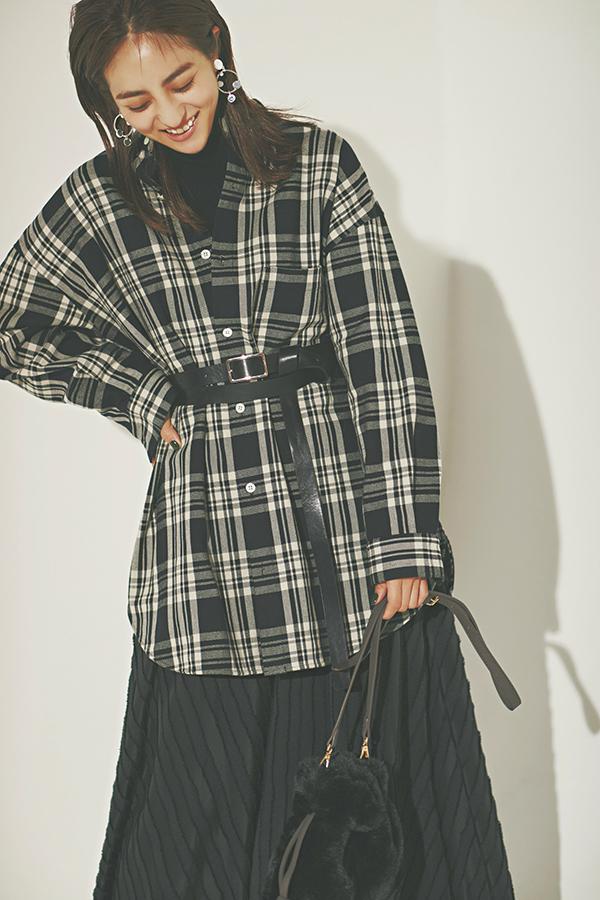 メンズライク になりがちな>>>旬のチェックシャケットは女らしく振って!『この時季、コートの中の温度調節アイテムとして活躍するシャツジャケット=シャケット。カジュアル感が強めだから、女っぽいシルエットやアイテム合わせで野暮ったさを回避!』