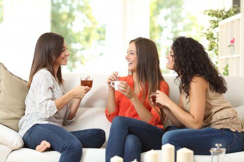 会話をする女性グループ
