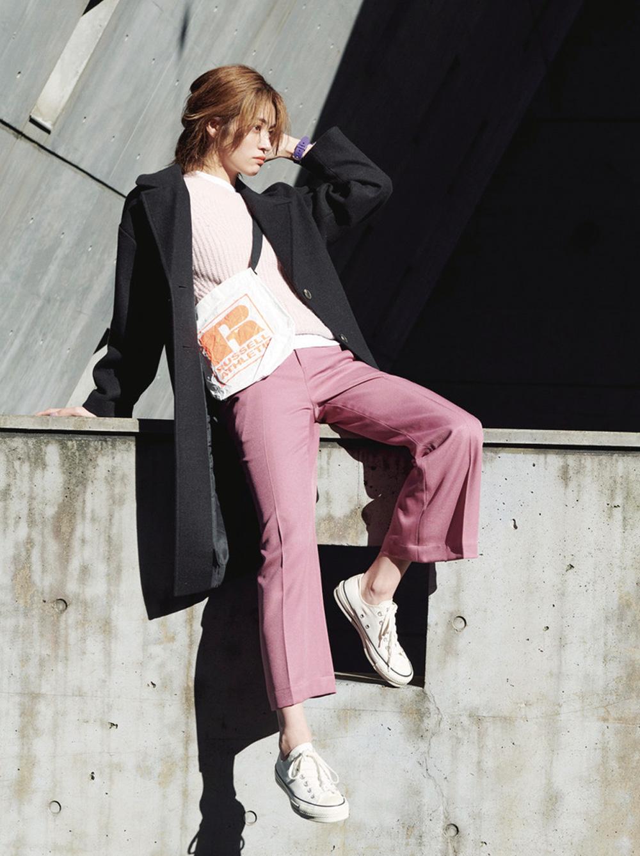 甘さのあるピンクのワントーンにはTシャツをサンドして切れ味をプラス