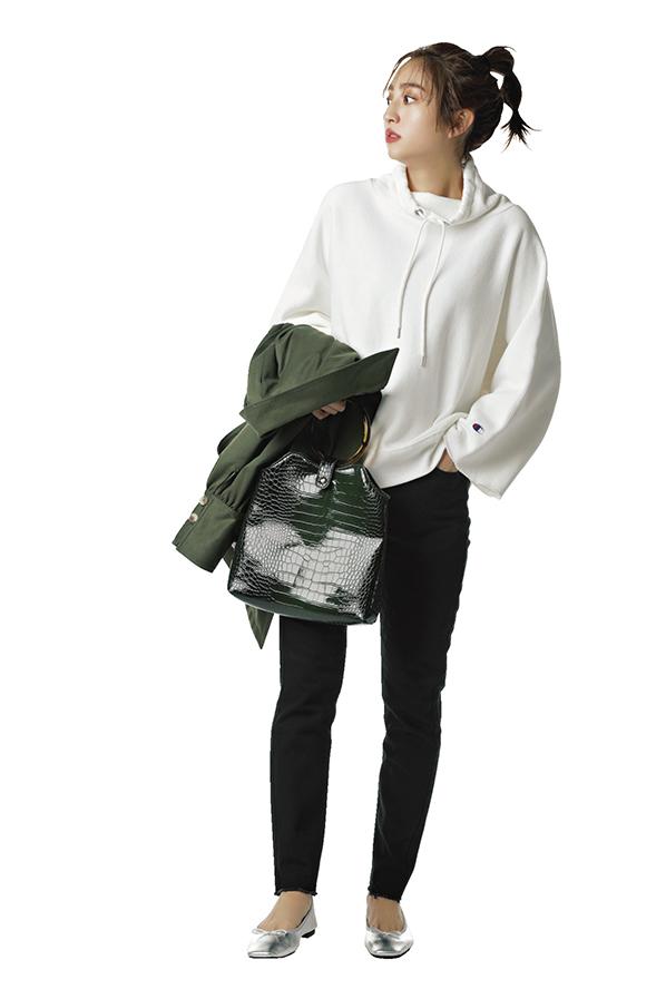 カジュアル服にキレイめエッセンスをプラス!渋谷シンプル茜Style『茜style1ヘビロテコーデはフーディと黒デニム!地厚&すっぽりかぶれるゆるめシルエットが今っぽフーディの条件。程よいキレイめ感をキープできる黒デニム合わせなら、オフィスにも着ていけそう♪』