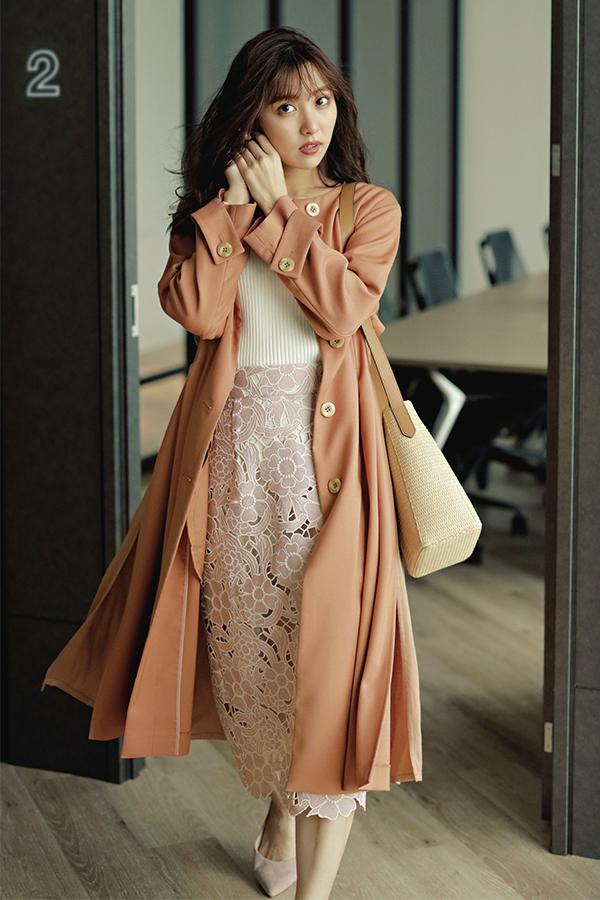 華やかで品のある大人フェミニンスタイル 通勤ノーブル恋style 洋服を選ぶ基準は、上品さとオフィスで浮かない華やぎ。そして自分がより素敵に映るスタイルアップ服はマスト♡今シーズンもそのポイントは変わらずに、キレイ色や新鮮ディテールで春仕様にアップデート!『恋style1キレイ色で気分の上がるノーカラーコートで春はじめ♡例えば出勤時。ほんのりシャープなノーカラーコートで颯爽と歩く女性って、なんだか憧れる♡ まろやかなパステルトーンのキレイ色に、春らしさとHAPPY感も自然と高まって。』