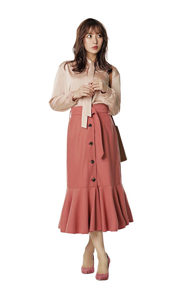 華やかで品のある大人フェミニンスタイル 通勤ノーブル恋style 洋服を選ぶ基準は、上品さとオフィスで浮かない華やぎ。そして自分がより素敵に映るスタイルアップ服はマスト♡今シーズンもそのポイントは変わらずに、キレイ色や新鮮ディテールで春仕様にアップデート!『恋style3ボウタイブラウスできれいなお姉さんに きちんとしつつも顔周りを明るく見せるボウタイブラウスが、今シーズン人気♡ さらっと垂らすタイプのタイで、脱・まじめに取り入れて♪』