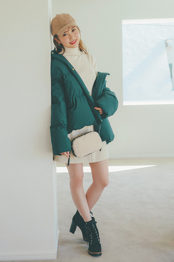 冬アウターと合わせるならどう着る?まだまだ寒い時期は冬アウターと。ヘルシーに脚見せができるミニスカは、ボリュームのあるアウターも重く見せず、バランスよく着こなせるメリットが♡