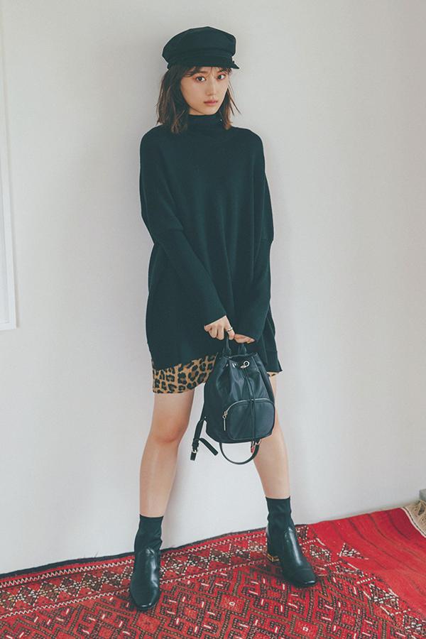 定番・黒ニットと合わせるなら、どう着る? 誰もが持ってる黒ニットだけど、冬も終わりに近くとコーディネートがマンネリしがち。×ミニスカで着こなしをアップデートしましょ!