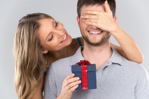 男性にプレゼントをする女性
