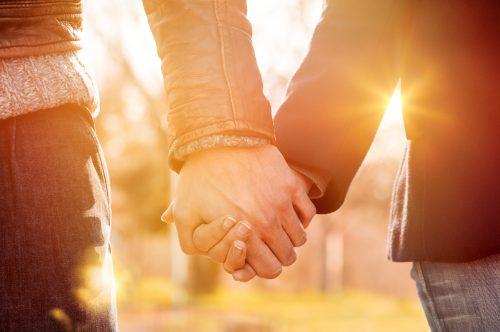 手を握りあう男女