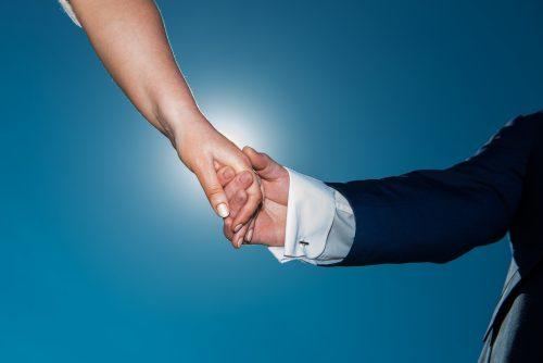 男性と女性の手