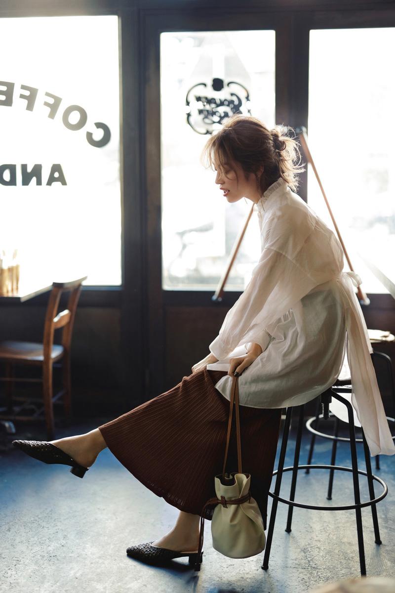 ニットスカートで肩の力が抜けた女っぽさを♡素材感で魅せる白ブラウスの着こなし