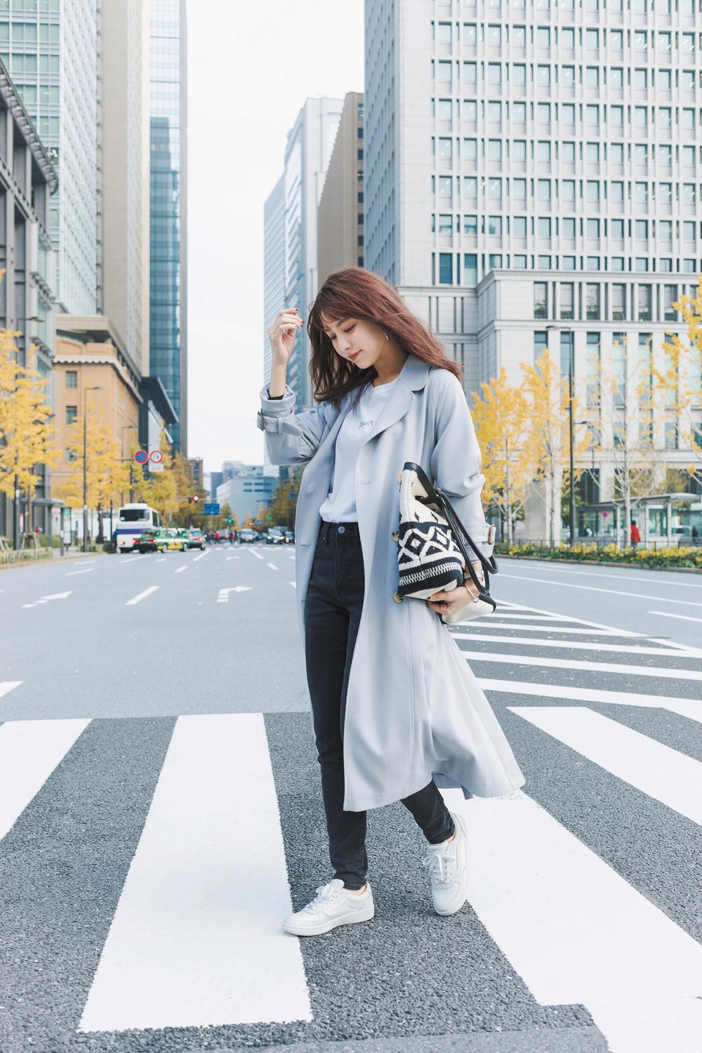 【今日のコーデ】黒スキニー×白スニーカーでキレ味よく♡旬のキレイ色コートの着こなし