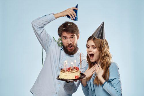 ケーキでお祝いする男女