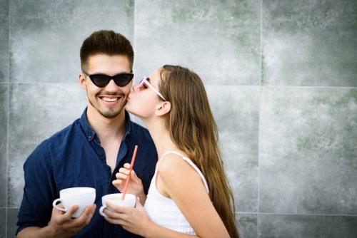 男性の頬にキスする女性