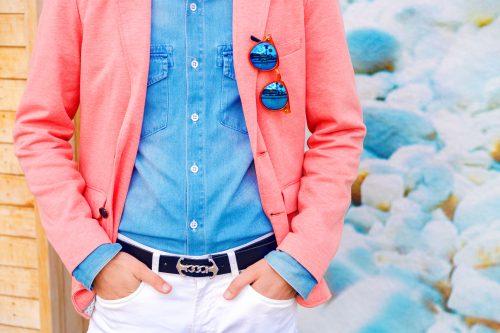 ピンクのジャケットを着た男性
