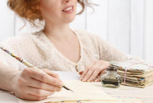 手紙を書く女性