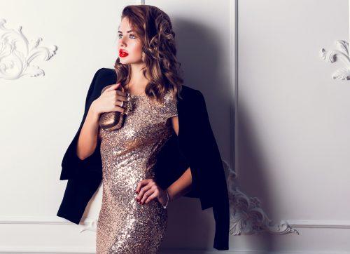 スパンコールのドレスを着ている女性
