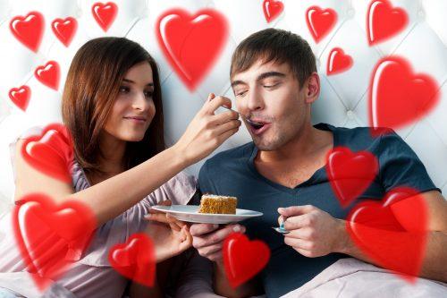 彼氏にケーキを食べさせる彼女