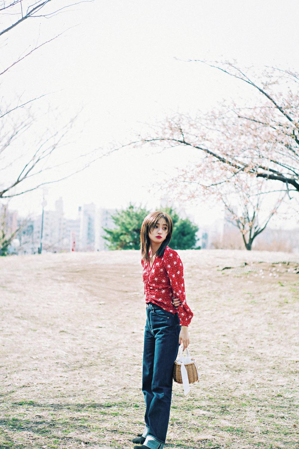① ヴィンテージ風の花柄ブラウス