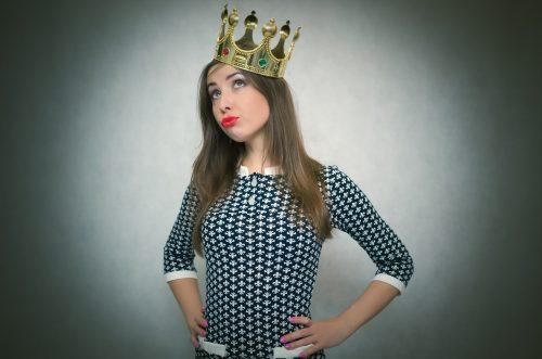 王冠をかぶる女性