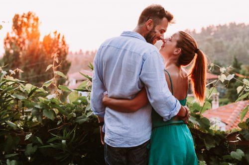 腰を抱き合うカップル