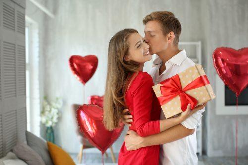プレゼントを持つ幸せそうなカップル