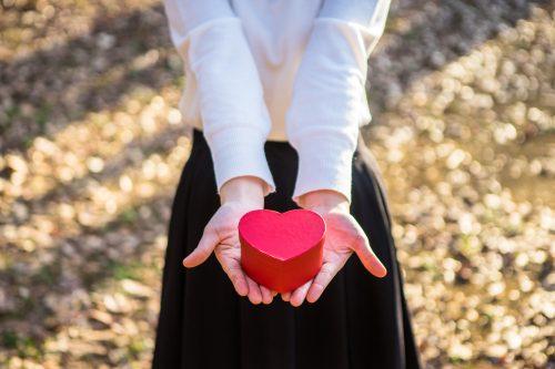 ハートを持つ女性の手