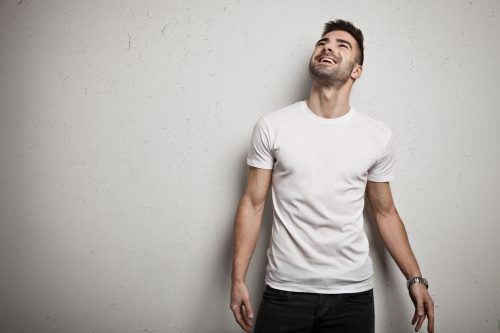 白いTシャツを着た男性