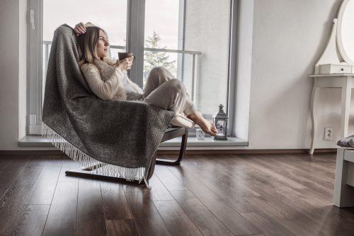 部屋で椅子に座る女性