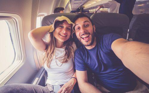 飛行機に乗るカップル