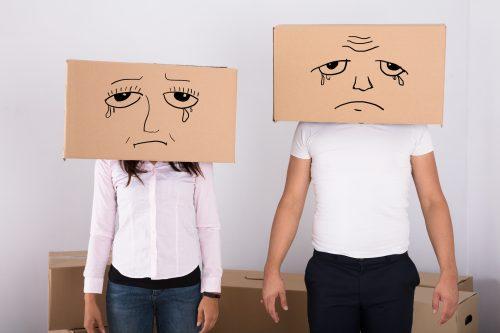 顔が描かれた箱をかぶる男女