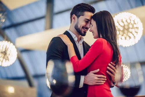 スーツを着た男性と赤いドレスを着た女性