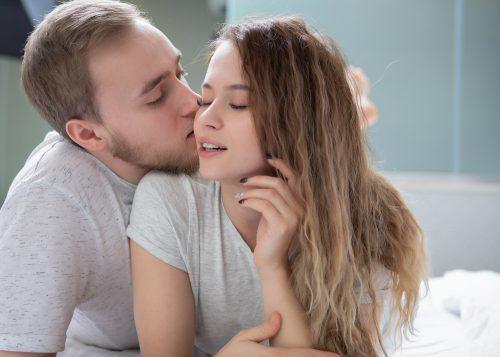 彼女にキスをしようとする男性
