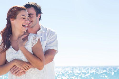 海辺の幸せそうなカップル