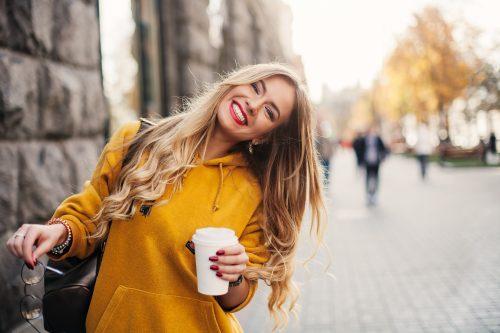 女子力アップ カップを手に持つ笑顔の女性