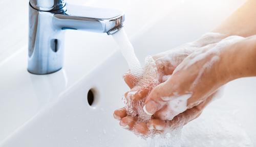 「石鹸で手を洗う」「水だけで洗う」は、何が違う?