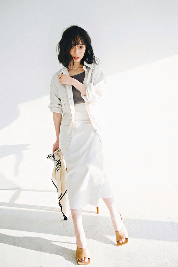 キレイめコーデの抜け感づくりにリネン素材『ナチュラルな風合いのリネンは、コンサバティブに取り入れるのが私らしい形。女らしいアイテムもどこかおしゃれな雰囲気に♡』