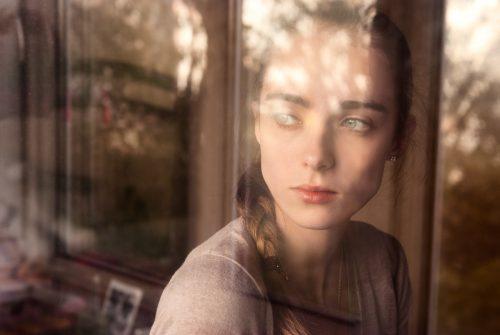 窓辺で考える女性