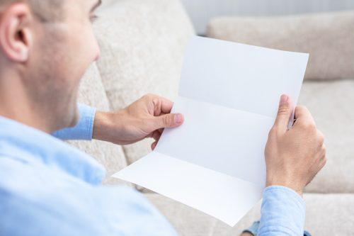 手紙を読む男性